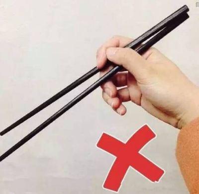 宝宝握筷子错误姿势1