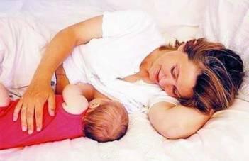 坐月子给宝宝喂奶的姿势
